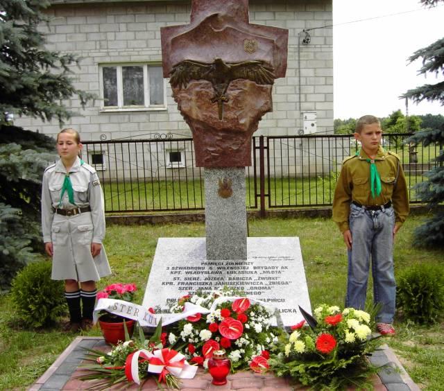 pomnik przy kaplicy w Kiełpińcu